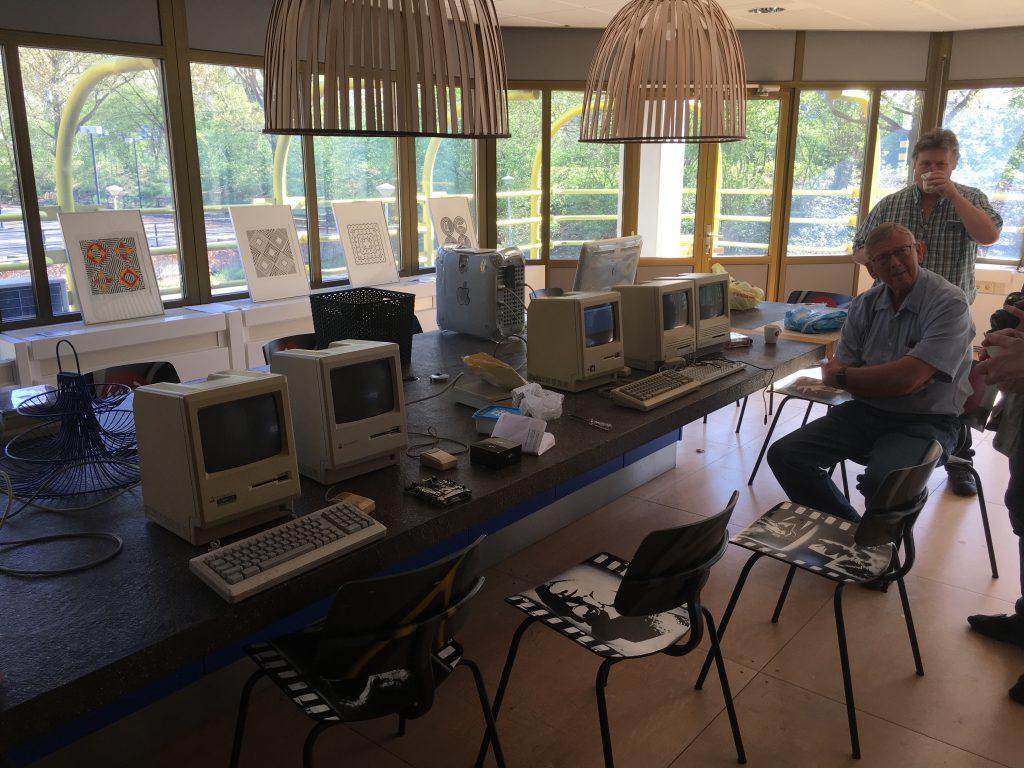 De Klokhuis vintage werkgroep aan de slag om oude Macs weer aan Apple talk te krijgen